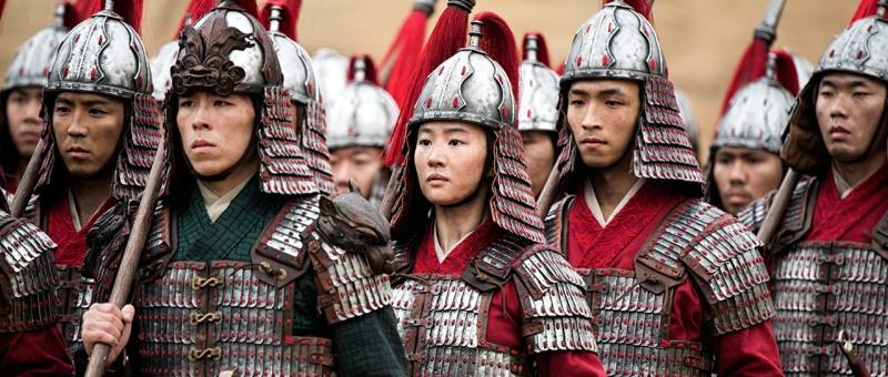 Les échos sur Mulan mettent en avant ses nombreux clins d'oeil au film animé, tout en restant sa propre oeuvre indépendante