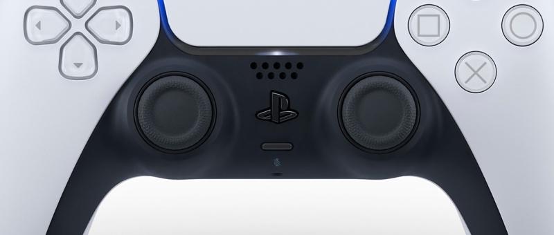 Dotée de micros intégrés pour une interaction mulitjoueur native, la DualSense permet malgré tout le branchement d'un casque via un audio jack